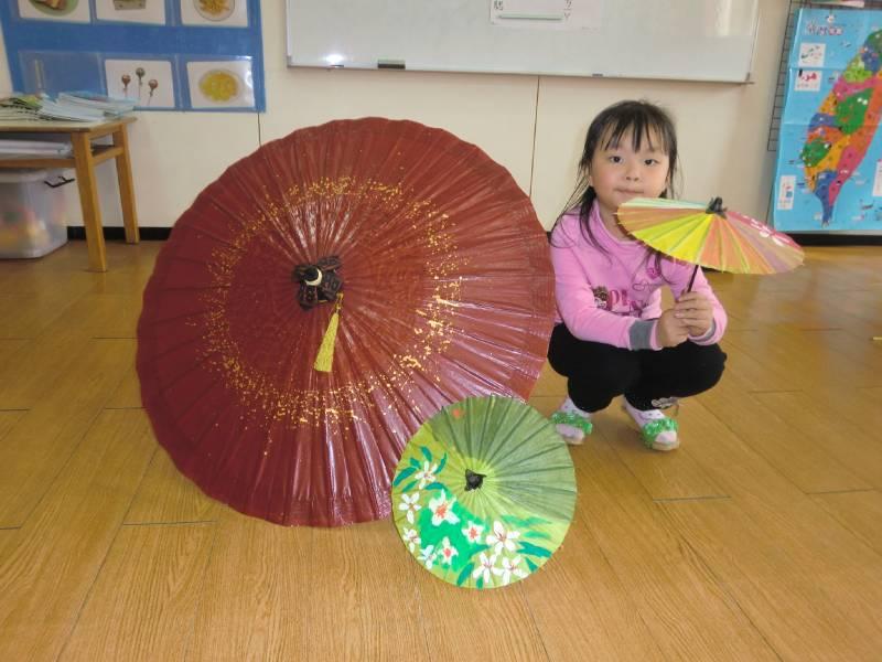 台湾工艺品-木屐鞋和油纸伞